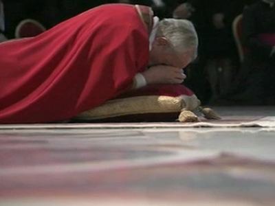 Papa Francisc s-a rugat întins pe podea în Bazilica Sfântul Petru